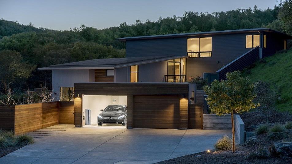 Mercedes lancia la sfida a Tesla