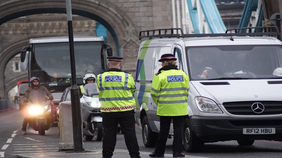 Terrore a Londra: veicolo sulla folla davanti moschea