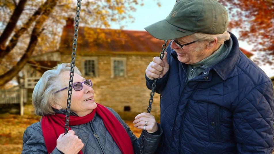 Anziani soli in estate: truffe in aumento, come difendersi?