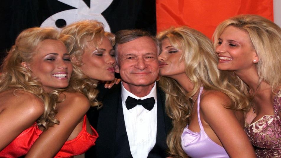 Hugh Hefner con le conigliette di Playboy