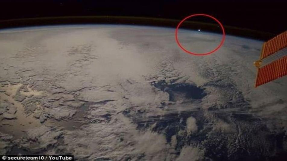 """UFO la NASA ci nasconde la verità: video della ISS """"oggetti non identificati"""""""