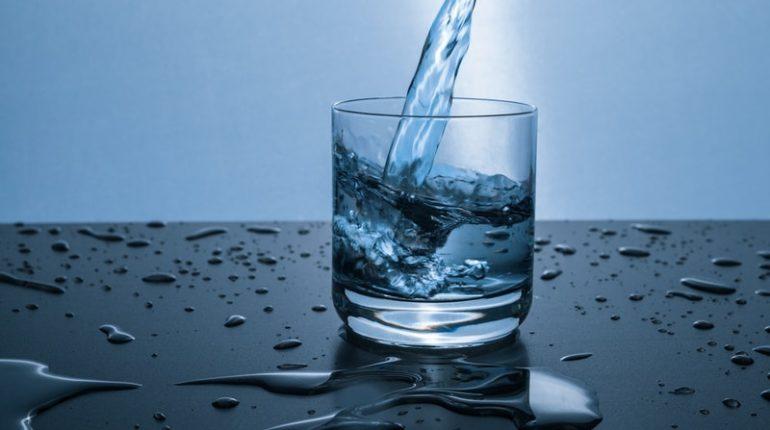 L'acqua frizzante, l'acqua liscia, l'acqua zuccherata