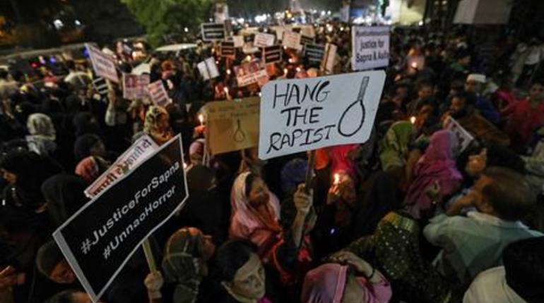 Branco stupra 16enne. India sotto accusa