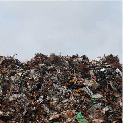 La Finanza scopre magazzino carico di rifiuti speciali