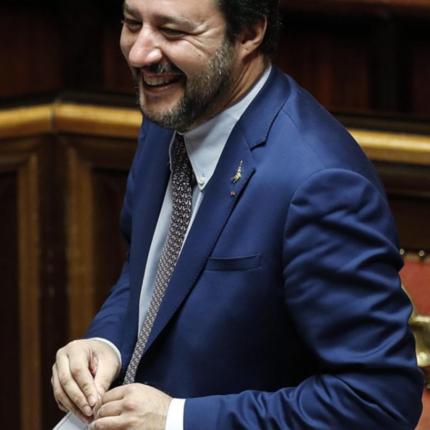 Salvini dona alle forze dell'ordine la pistola elettrica.