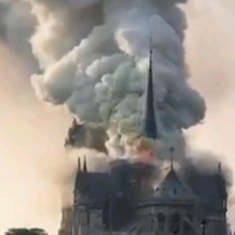 Cattedrale di Notre Dame è in fiamme