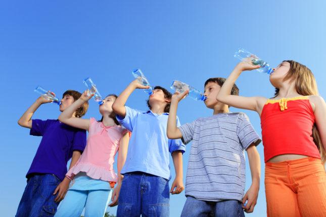 Caldo, ecco i consigli per far bere i bambini di più