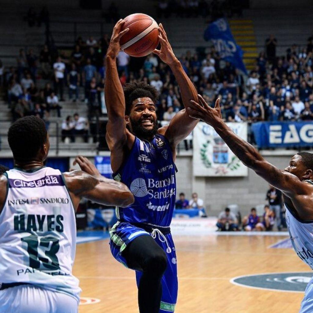 La Dinamo Sassari domina Cantù