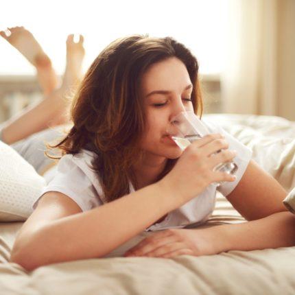 Bere poca acqua fa dormire di meno