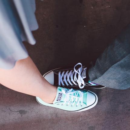 Abito lungo, sempre più di moda assieme alle sneakers
