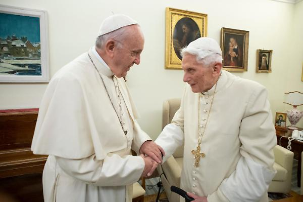 Frattura tra Bergoglio e Ratzinger