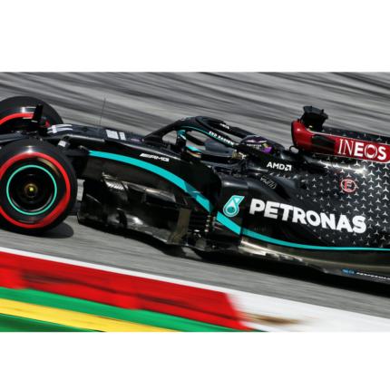 Hamilton in pole a Silverstone. Doppietta Mercedes