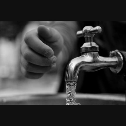 Estrarre acqua potabile dall'aria secca: il sistema ad energia solare