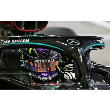 Lewis Hamilton vince in Bahrain. Paura per l'incidente di Grosjean