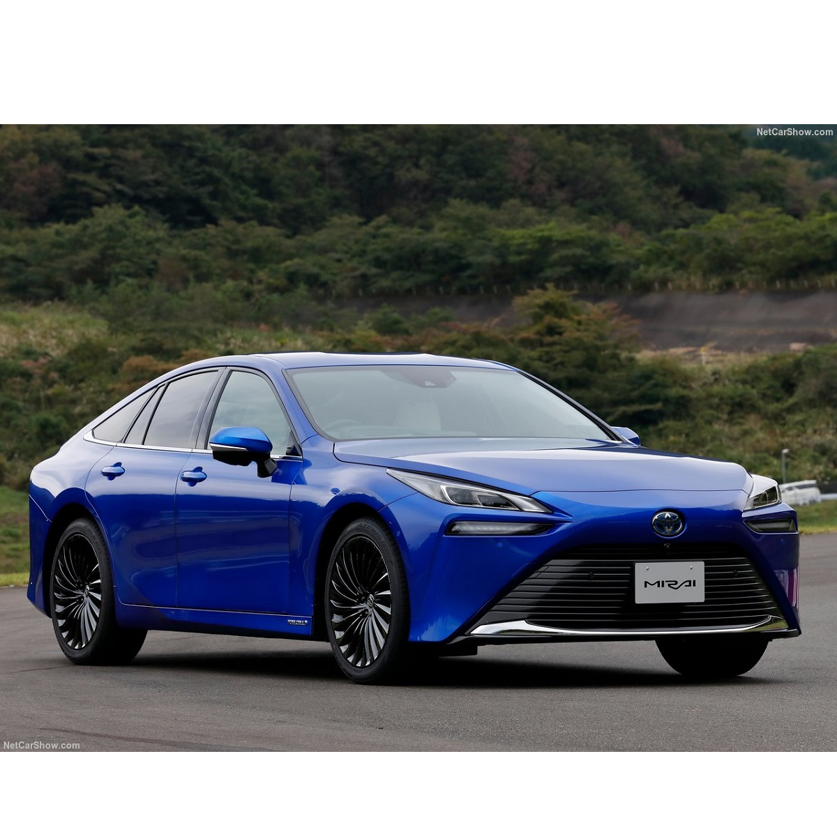 Toyota Mirai: pulire l'aria camminando con l'auto ibrida