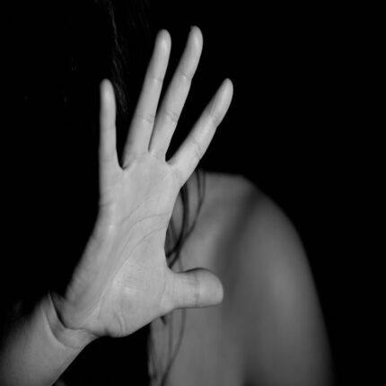 stupra e ricatta