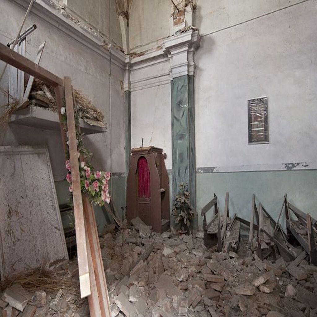 Crolla appartamento  disabitato a Napoli, nessun ferito